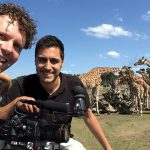 Regisseur Edwin en cameraman Lin Hou in het giraffenverblijf van de Beekse Bergen