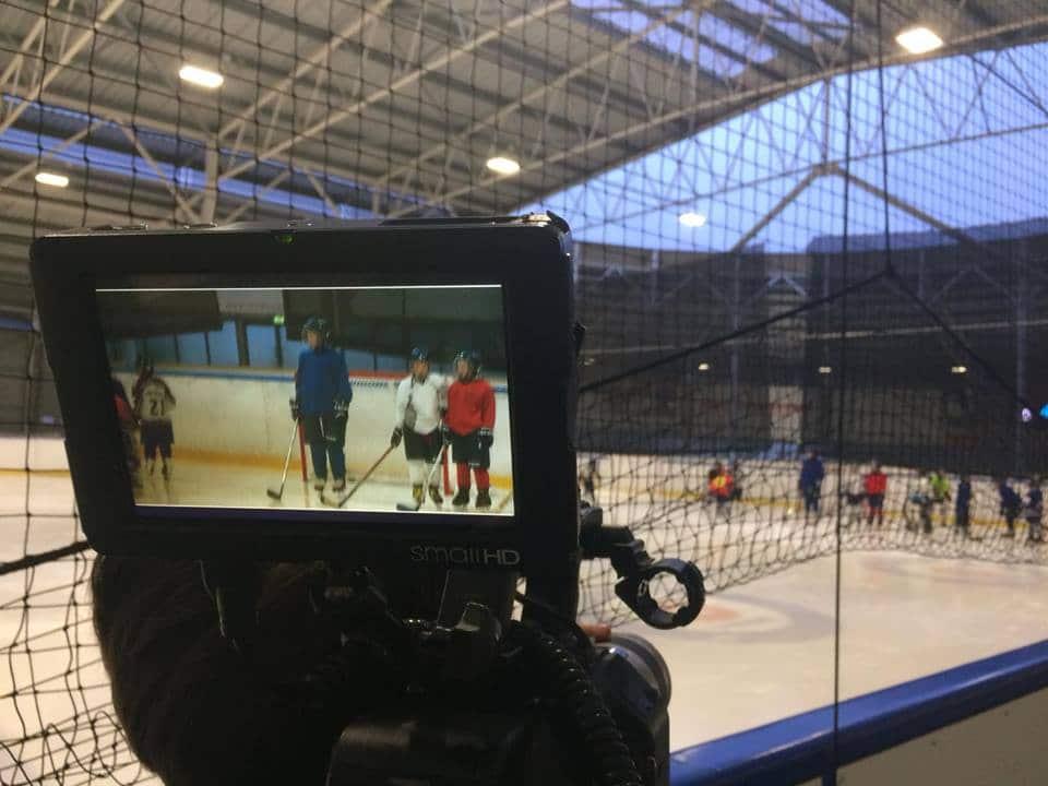 Beeld van de camera, ijshockeyers op de schaatsbaan