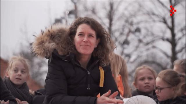 Ireen Wüst kijkt naar de videoproductie die tijdens haar huldiging werd vertoond