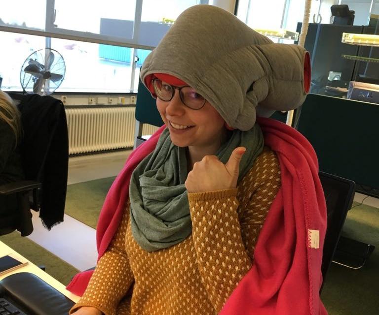 Malou met muts aan haar bureau