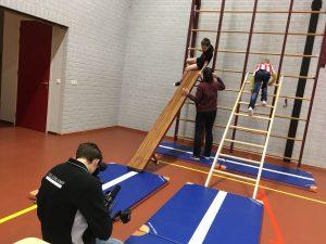 Opnames in een gymzaal tijdens opnames van Uniek Sporten