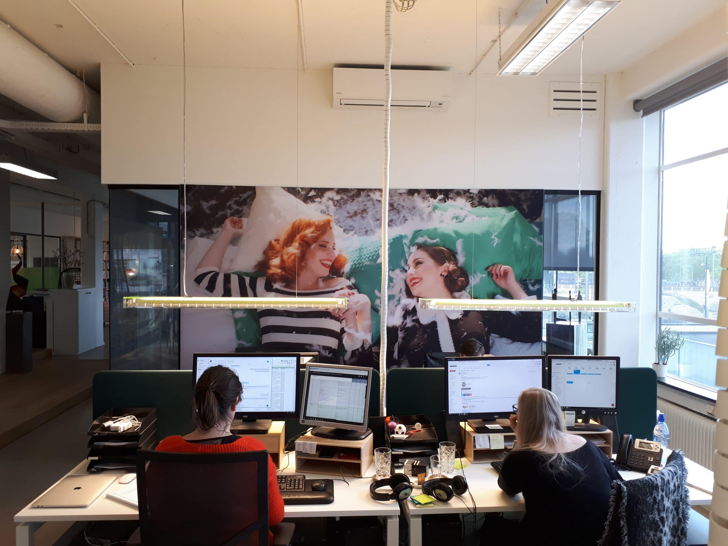 Still van de najaarsspot aan de muur op kantoor
