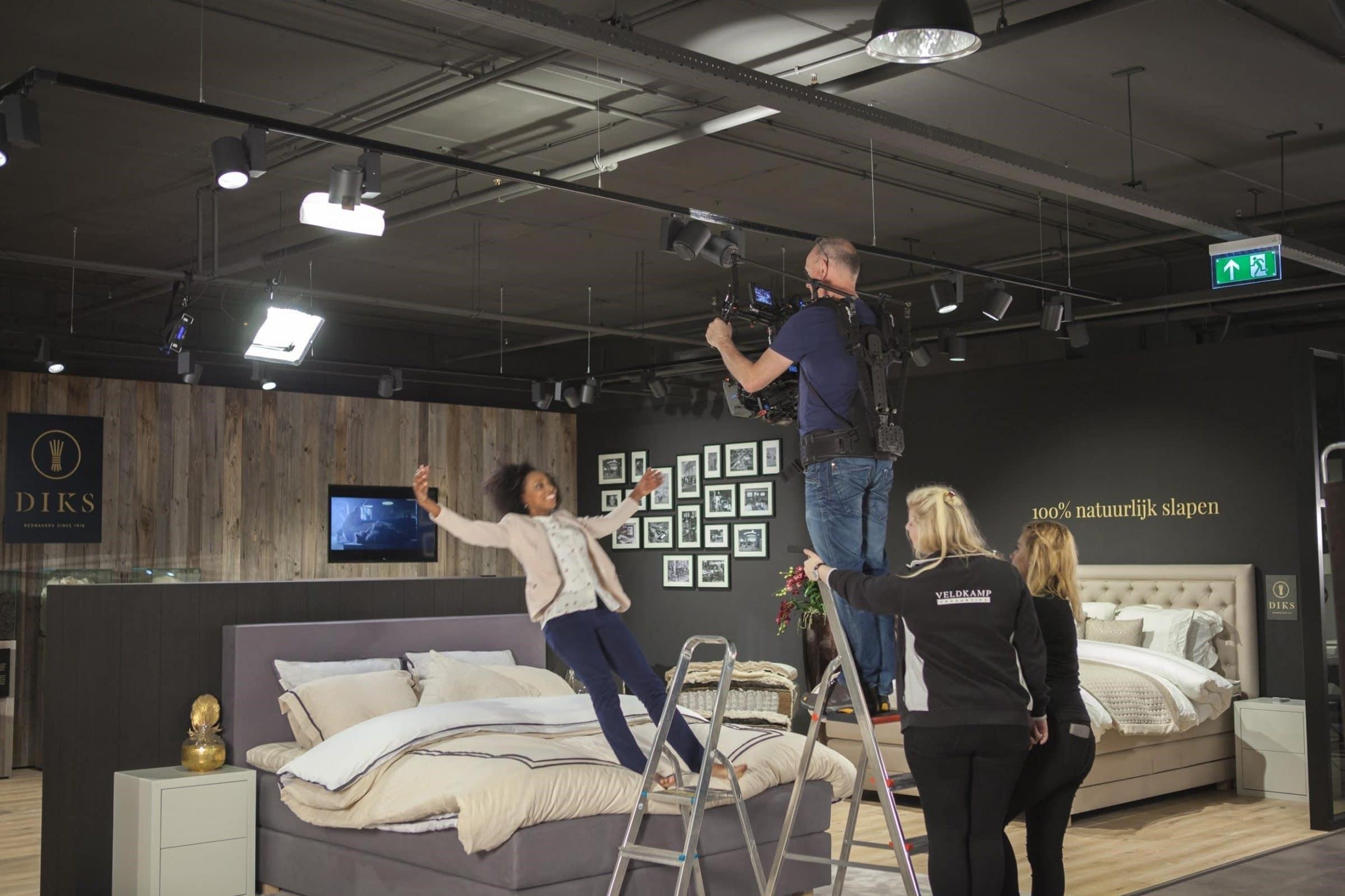 Figurante valt op bed terwijl opnames worden gemaakt
