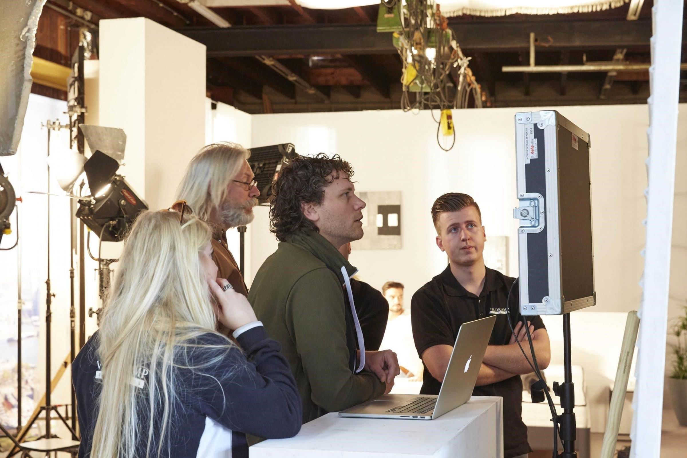 Regisseur Edwin bekijkt de beelden tijdens de opnames