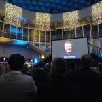Evoluon interieur totaal met foto Jeroen op scherm