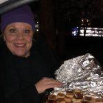 Office manager Marianne met worstenbroodjes op de draaidag