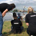 Producer Kate kijkt mee met cameraman Rick