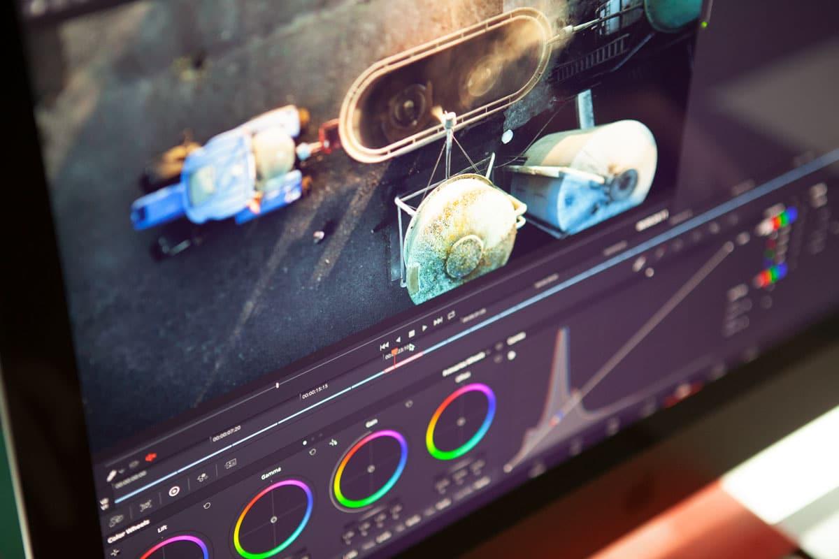 Het beeldscherm tijdens de kleurcorrectie in een montage