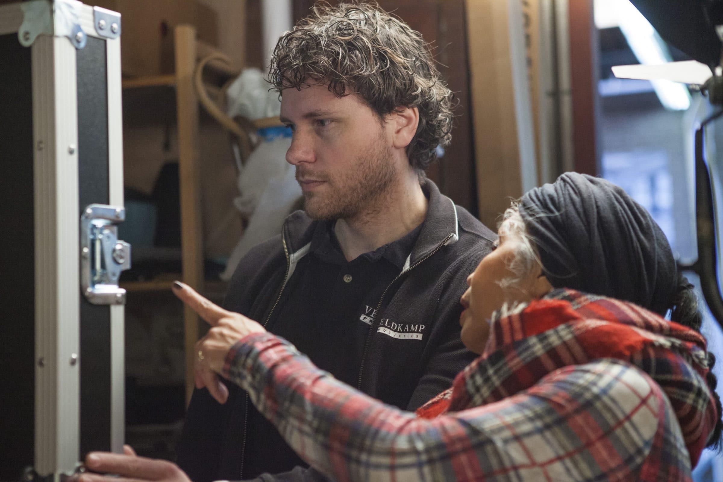 Regisseur Edwin beoordeeld de beelden met Tina
