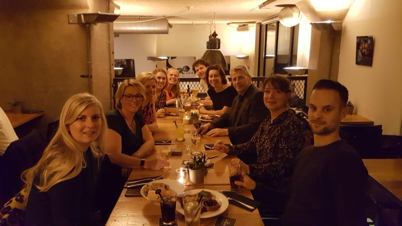 De gasten aan het diner bij de Gouden Reiger